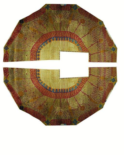 نگهداری فرش مقبره شاه عباس دوم صفوی در موزه آستان مقدس قم