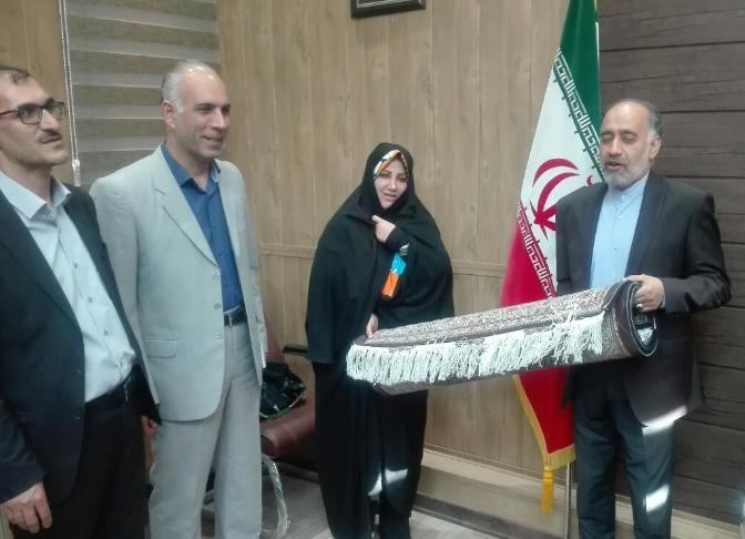 اهدای شناسنامه فرش خوی ( فرش ریز ماهی خوی) به رئیس مرکز ملی فرش ایران