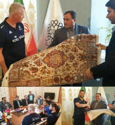 فرش دستباف لیگ جهانی به سرمربی تیم ملی لهستان اهدا شد